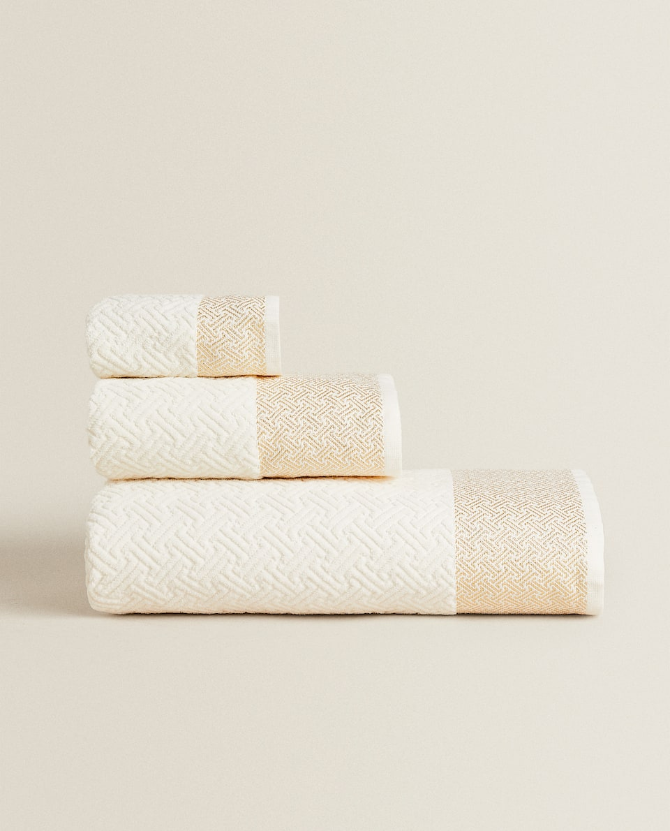 TOWEL WITH SPARKLY JACQUARD BAND