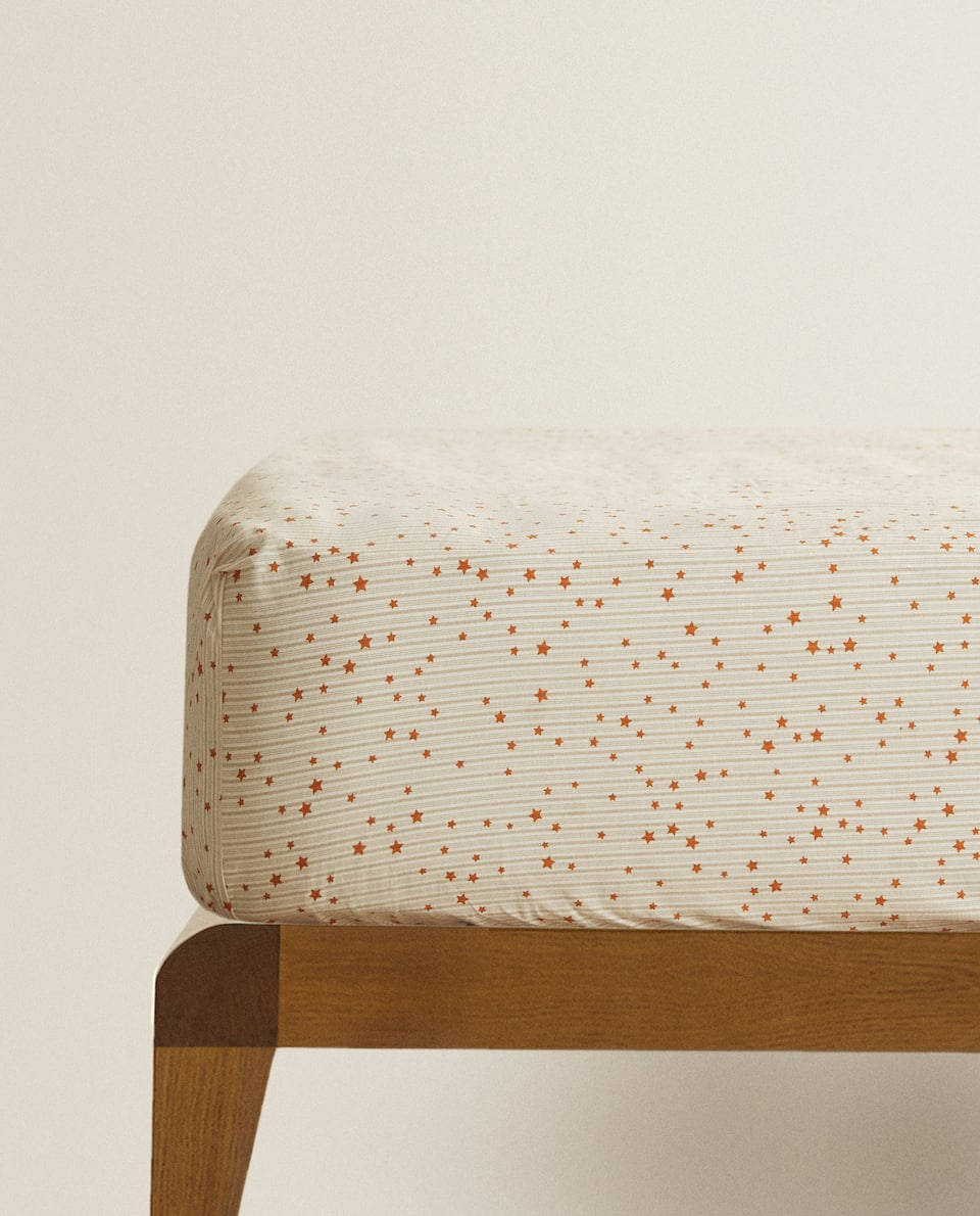 REVERSIBLE FITTED SHEET WITH STAR PRINT