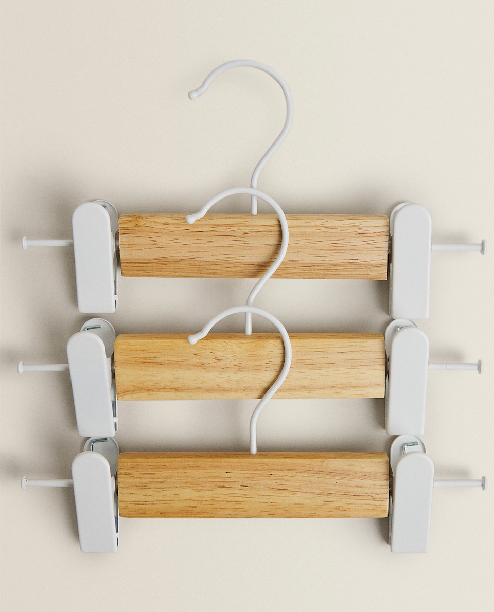 WOODEN HANGER WITH CLIPS (SET OF 3)