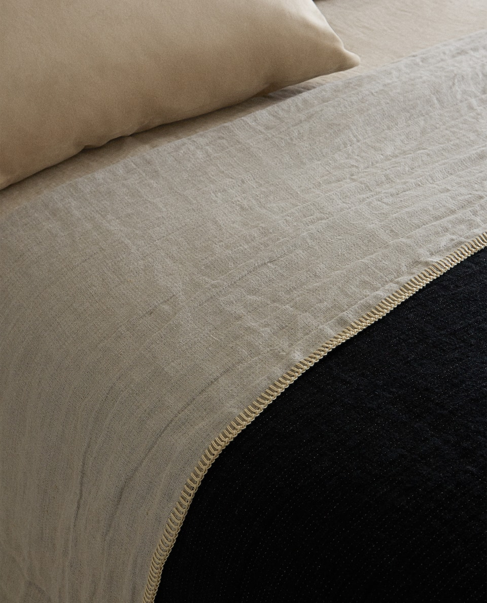 BEDSPREAD WITH CONTRAST TOPSTITCHING